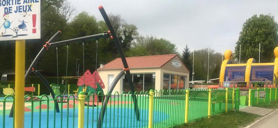 Un camping près de Paris avec une aire de jeux pour les enfants