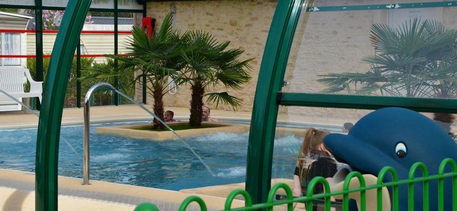 Nagez dans la piscine couverte chauffée de notre camping dans les yvelines